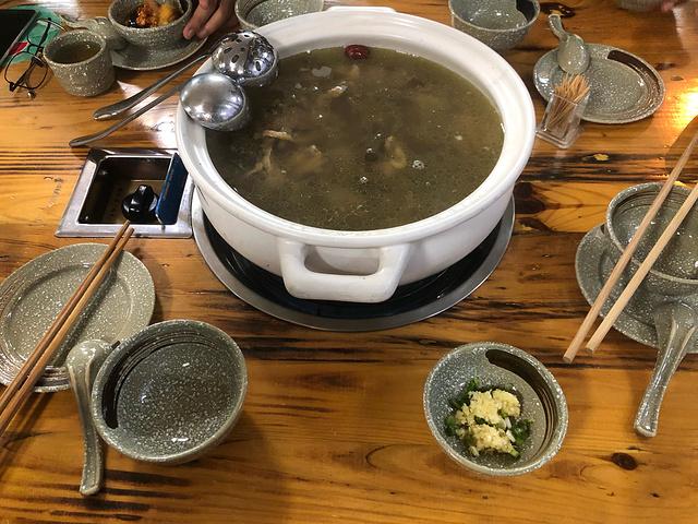 昨天吃了霸王餐之老挝火锅…居然拉肚子了……emmm装死一整天 .
