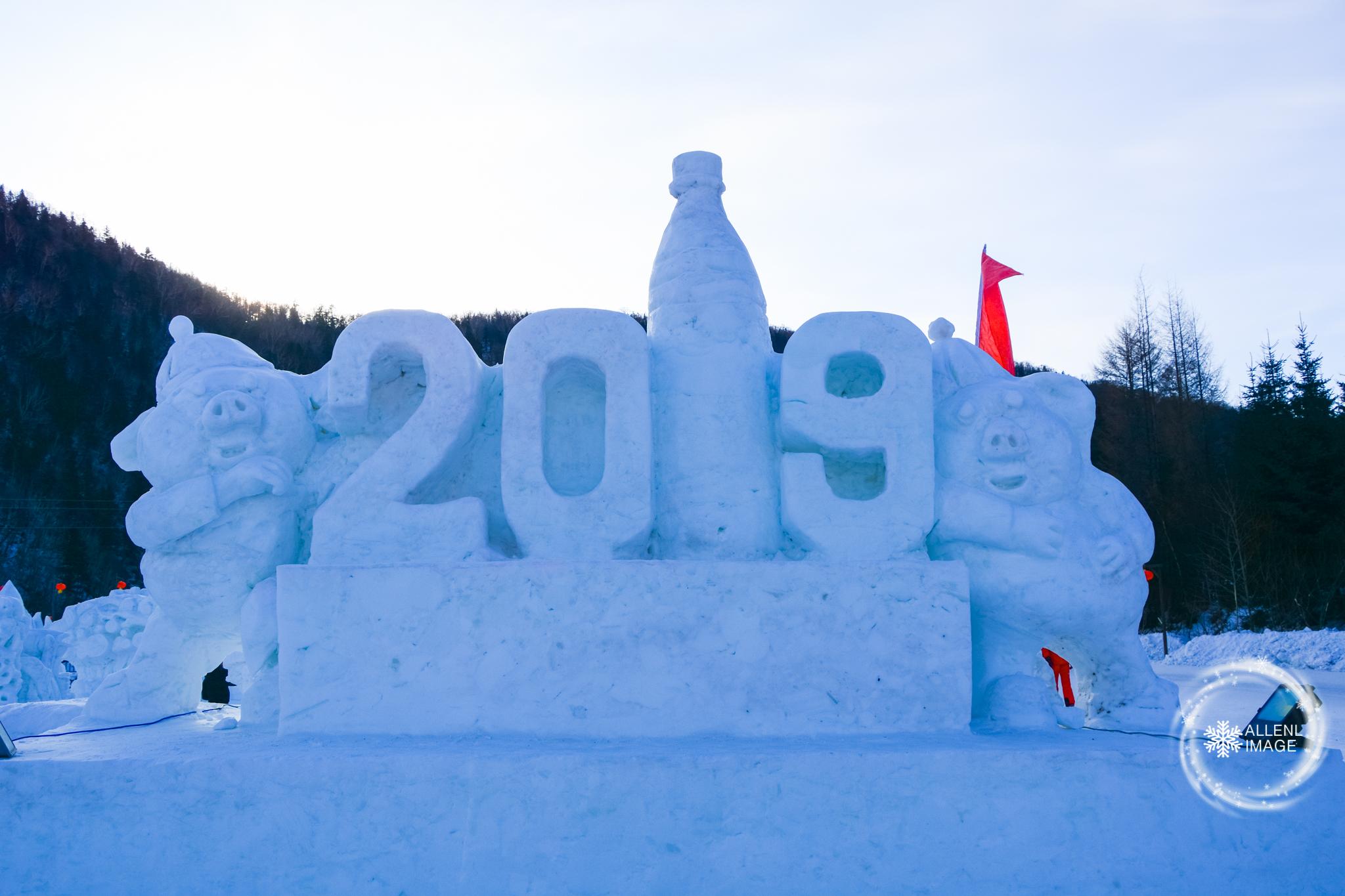 雪韵大街尽头处的一片雪雕广场,全部换上了2019猪年的喜气造型.