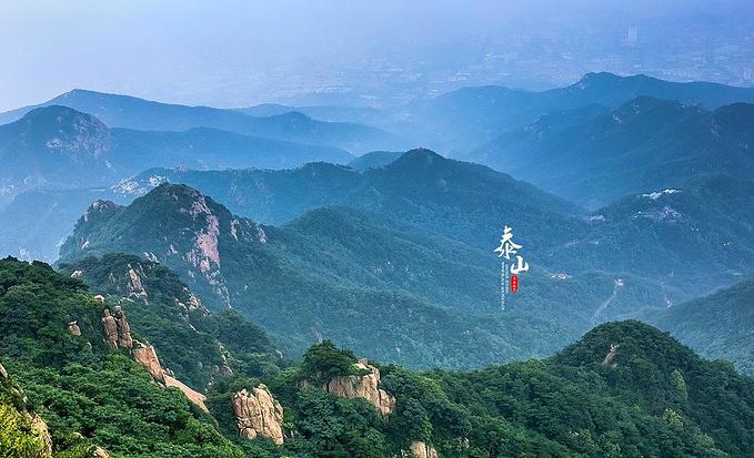 泰山风景以壮丽著称,山峰陡峭高耸,十分壮观,在山顶观看日出,晚霞等也