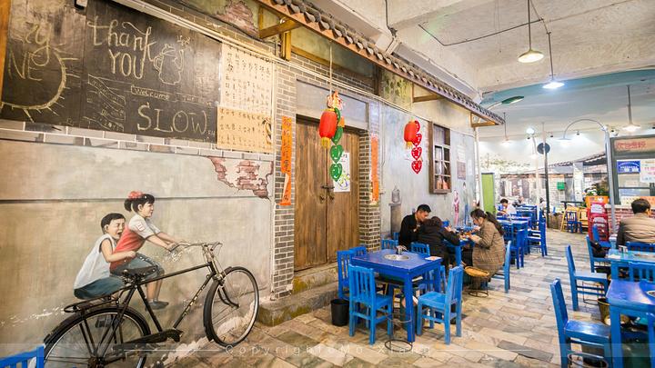 在致民路上还有一家非常有名的美食店:马路边边麻辣烫.图片
