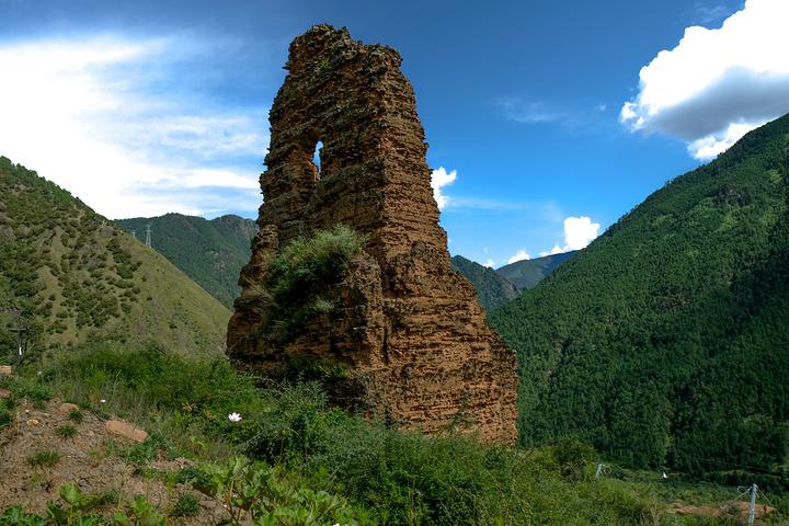 雅砻江发源于四川省与青海省交界的玉树州境内的巴颜喀拉山,途经石渠