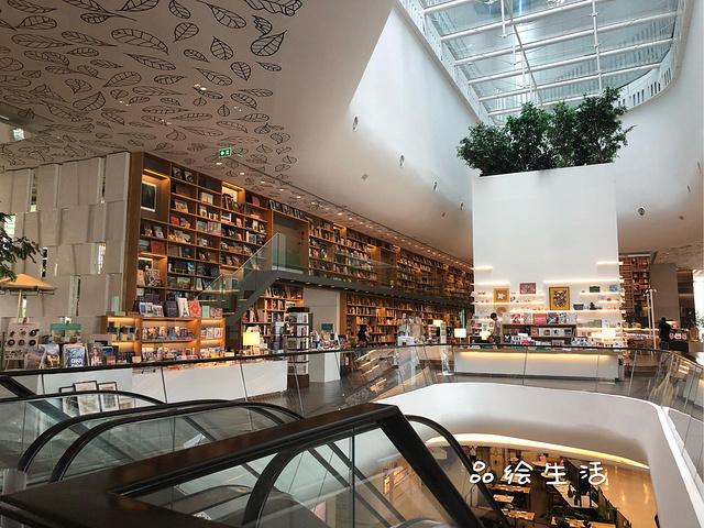 多平方米,是一个包含书店,咖啡厅,酒吧,餐厅,联合工作间,儿童游乐场的