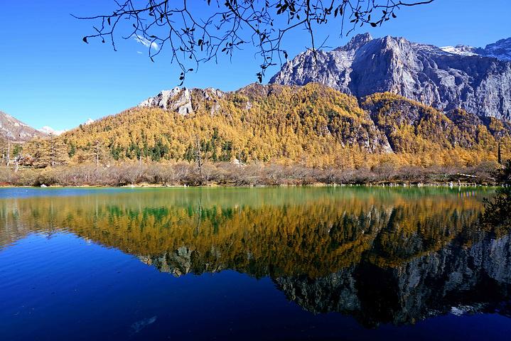 春天湖边片片杜鹃花灿烂怒放,秋天层林尽染,倒映着五彩斑斓的世界