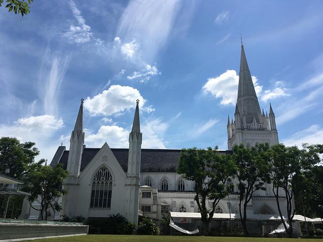 往赞美广场走,路过一个教堂,风景特别美.