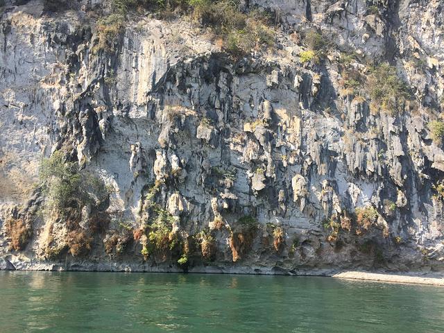 桂林的山真险啊,危峰兀立,怪石嶙峋,好像一不小心就会栽倒下来图片