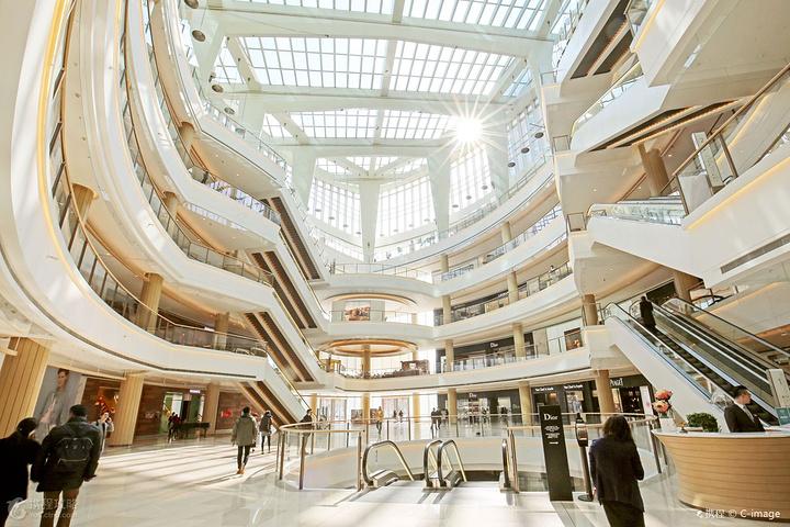 """""""恒隆广场购物中心在每一家店铺、每一个品牌、每一个细节上精心打造从外到内的时尚品位、精致完美的时..._上海恒隆广场""""的评论图片"""