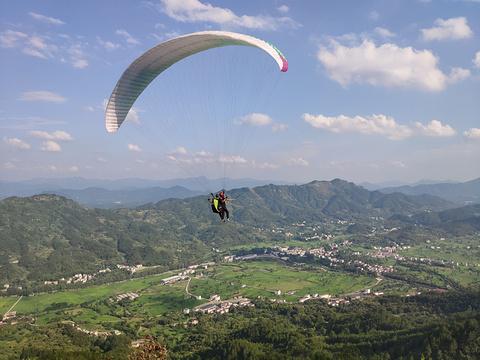 观天山滑翔伞飞行基地