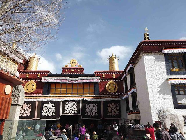 """""""...区中心,是一座藏传佛教寺院,是藏王松赞干布建造,现在是拉萨朝拜信徒最为密集的地方,值的来打卡哦_大昭寺""""的评论图片"""