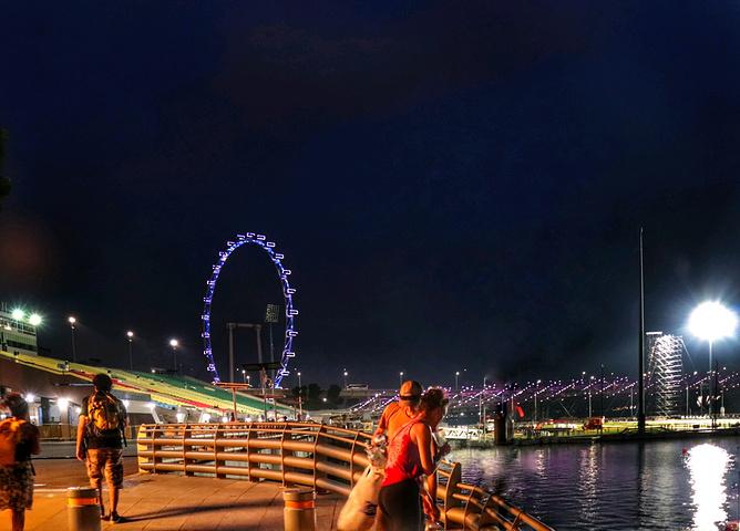 """""""桥中间有个圆形瞭望台,供人们休息和欣赏风景。说回新加坡双螺旋桥,它是世界第一座人行螺旋桥_双螺旋桥""""的评论图片"""