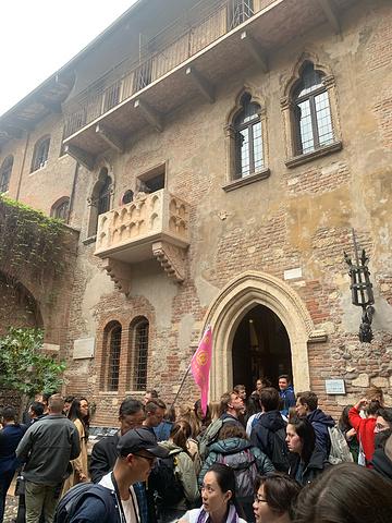 """""""维罗纳人不得不一次又一次地向慕名而来的游客解释这一遗憾的事实,但他们出于旅游业的目的还是在故居..._朱丽叶故居""""的评论图片"""