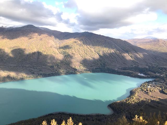"""""""进入9、10月,湖水的补给明显减少,周围的植物色彩斑斓,一池翡翠色的湖水光彩夺目。我先歇歇_观鱼台""""的评论图片"""