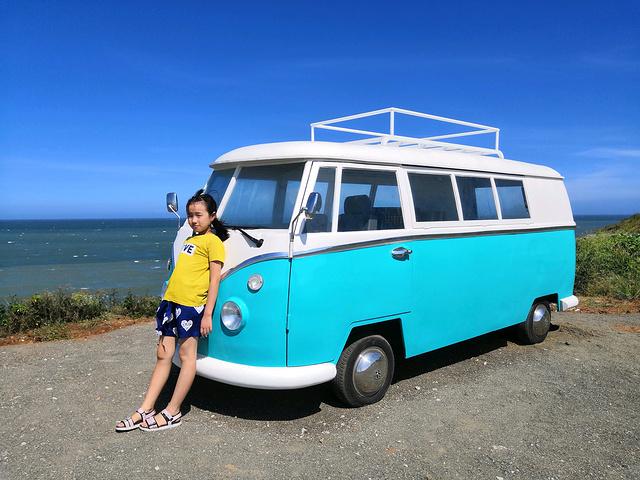 """""""靠着海边的空地摆放着秋千、颜色鲜艳的小车,供游人拍照用,竟然还不收费!年轻真好!显然不情愿不配合😂_镇海角""""的评论图片"""