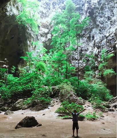 """""""当一抹阳光由洞穴顶端射入宫殿,光照金顶的景观非常美丽。门票: 成人30 泰铢_华欣""""的评论图片"""