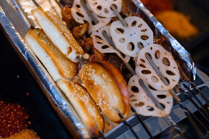 """""""烤肉很入味,咬下去都有一种汁蹦出来的感觉,而且有嚼劲,一点也不油腻,再加上秘制的蘸酱,特别棒_得劲儿焖烤肉串(橡树林店)""""的评论图片"""