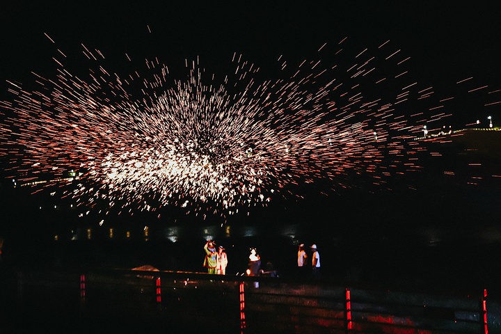 """""""千年土城打铁花,也是绝对不能错过的。鼓声阵阵、火光冲天,工匠们将高温铁水演绎的活灵活现,场面甚为壮观_土城古镇""""的评论图片"""