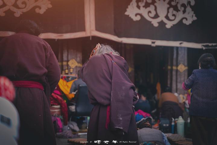 """""""拥有着1300多年的历史,直至今天,每天都有大量的藏民赶在朝圣的路上,也有大量的藏民围着它一圈..._大昭寺""""的评论图片"""