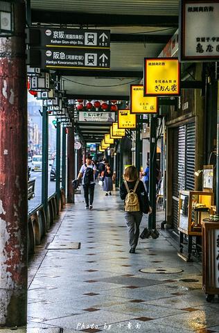 """""""清晨时的花见小路十分安静,道路两旁林立着许多高级料理亭,通常还会安排艺伎娱乐节目_花见小路""""的评论图片"""