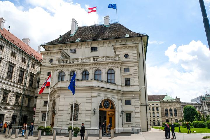 """""""维也纳市政厅是从1872年开始建造直到1883年完成。是一座新哥特式风格的建筑。市政厅对面的城堡剧院_维也纳市政厅""""的评论图片"""