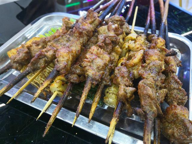 """""""来到新疆,怎么也要吃点新疆羊肉。石头两品尝了新疆手抓羊肉饭、羊肉串、新疆大盘鸡以及全国都有的凉皮_汉人街""""的评论图片"""