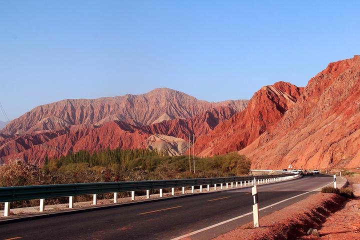 """""""进入中巴公路后的第一处景观,典型的红山地貌总让人叹为观止。位置较为深入偏远,建议自驾进入_奥依塔克风景区""""的评论图片"""