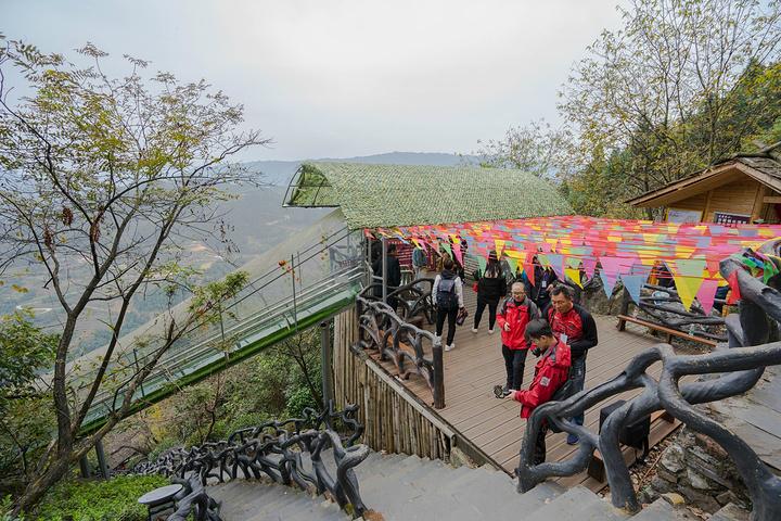 """""""下山的途中可以看到是伸出悬崖之外的,看着非常惊险刺激。桥头牌坊""""茶马古道""""四个大字赫然入目_溆浦枫香瑶寨""""的评论图片"""