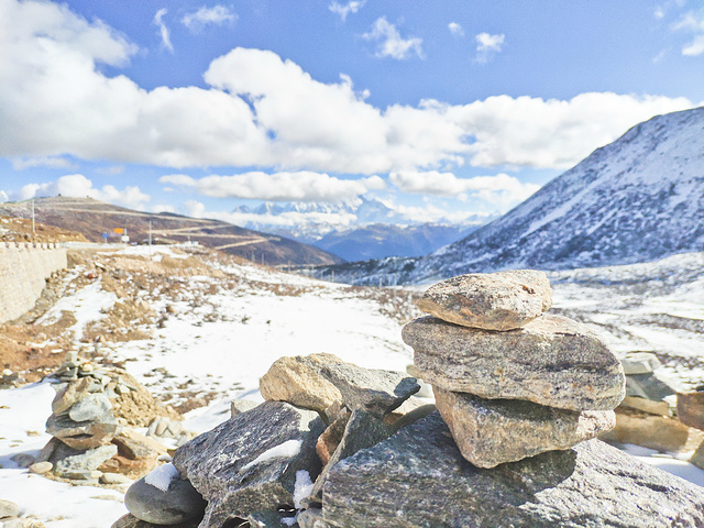 """""""色季拉山山口海拔4728米,视野开阔,可以远眺壮丽的南迦巴瓦峰。高山白雪皑皑,天空中漂浮的云团遮住了_色季拉山""""的评论图片"""