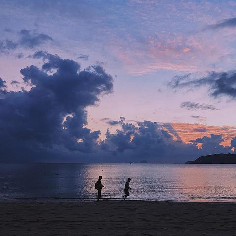 """""""这是芽庄海滩的早上,随手一拍就是风景,刚好有人在我面前跑步!她们说来芽庄必去这里打卡,可惜我们没去_芽庄海滩""""的评论图片"""