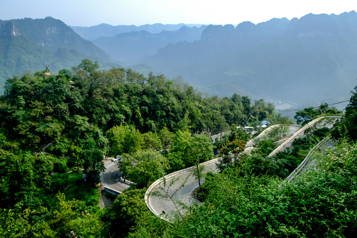 """""""...沿209国道,过了上矮寨景区的路口几百米就有个免费观景点,在这里就可以看见大桥的全景,非常壮观_矮寨大桥""""的评论图片"""