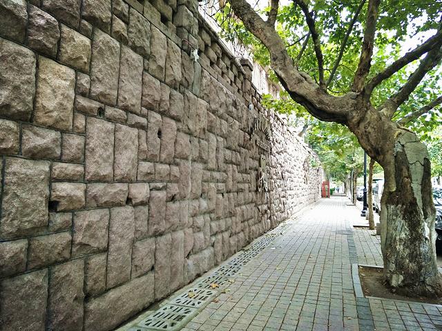 """""""我尤其喜欢老城区的氛围,第一次去青岛的时候我还是去景点打卡,第二次来的时候我就是很随缘地在老城..._馆陶路""""的评论图片"""