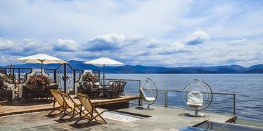 60米湖岸线 270度全景房躺看落日与星空 云南这5家湖景民宿去过的都说好!