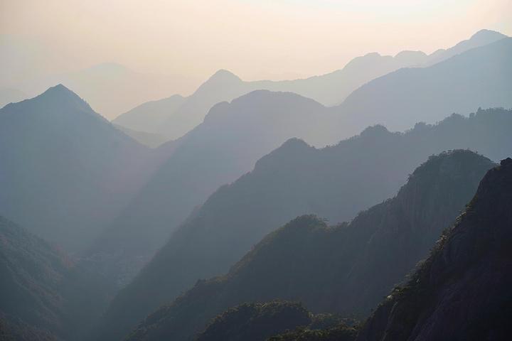 """""""行走其间超级紧张,但远处的风景和清新的空气会让人放松不少。三清山的山路陡峭,栈桥也直接修在悬崖峭壁上_三清山""""的评论图片"""