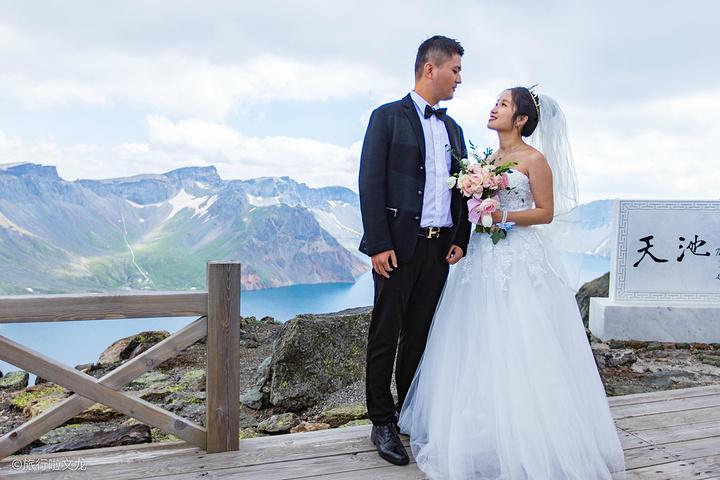 """""""在炎热的酷暑,来这里拍婚纱照绝对是明智之举,既能与秀丽风景作伴,又能远离骄阳。拍到了很美的天池美景_小天池""""的评论图片"""
