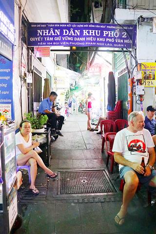 """""""看来来往往的游客超级惬意白天很少有店开业范五老街,夜生活开始的地方可是一到晚上便热闹非凡_范五老街""""的评论图片"""