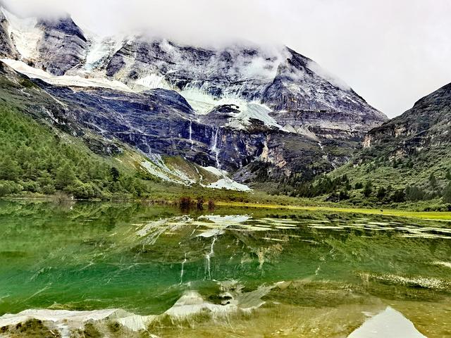"""""""这个翡翠湖的倒影照犹如仙境一般。洛绒牛场的风景也是一绝。洛绒牛场这里一路是木栈道_洛绒牛场""""的评论图片"""