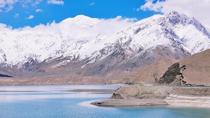 """""""碧蓝的湖泊丝毫不比大海逊色,沿河白色的山体并不只是雪山,还有白沙堆积起来的一座沙山_白沙山和流沙河""""的评论图片"""